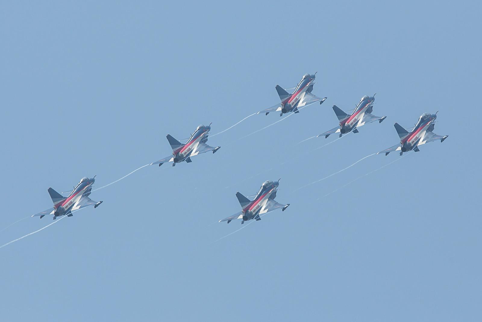 Nach einigen Formationen aller sechs Maschinen,.......