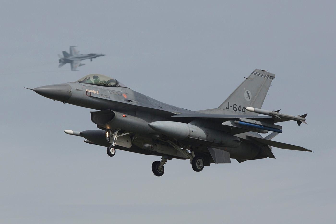Hinter dieser F-16 dreht gerade eine F-18 aus Torrejon ein.