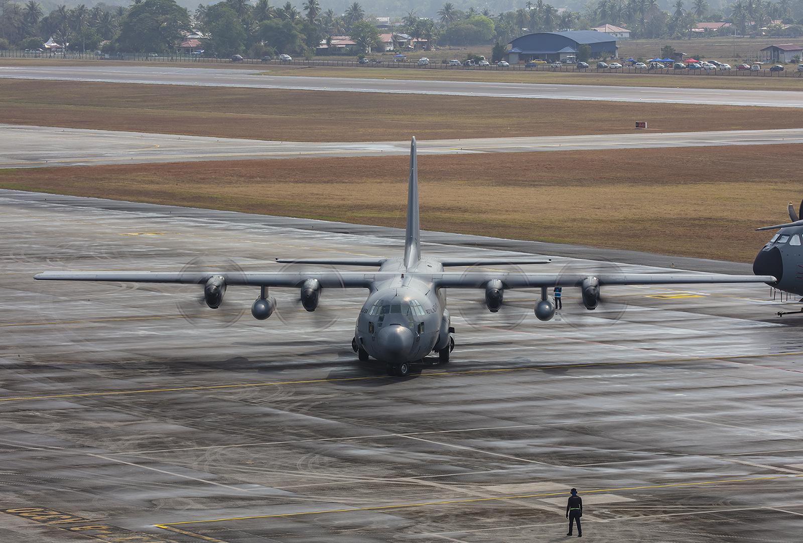 Eine Hercules bringt VIP´s auc Kuala Lumpur.