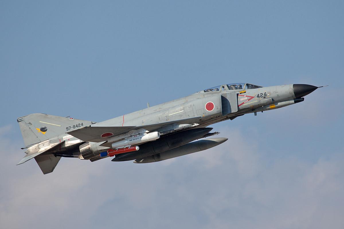 F-4EJ mit was nettem unter dem Flügel.