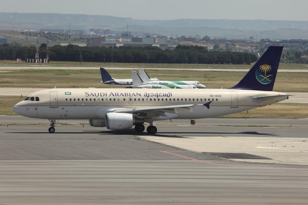 Aus Riad kommt Saudi Arabian Airlines mit A 320.