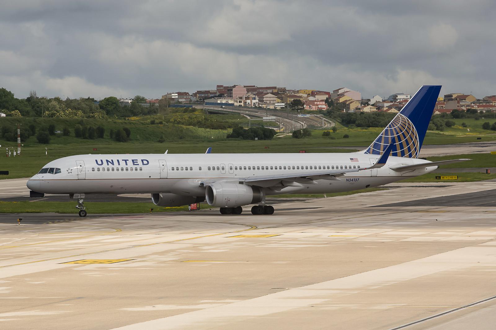 Die amerikanischen Airlines fliegen mit Boeing 757-200 nach Portugal, hier die United.