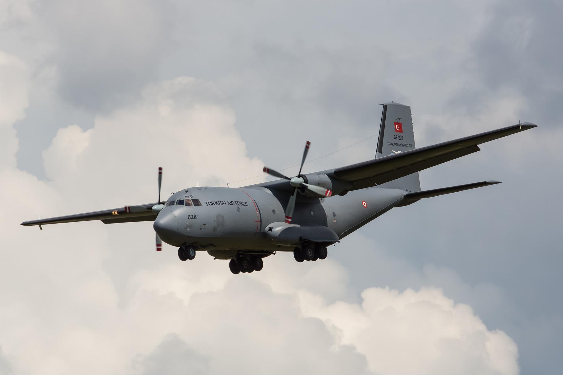 Eine Transall der türkischen Luftwaffe landet um das Bodengerät aufzunehmen.