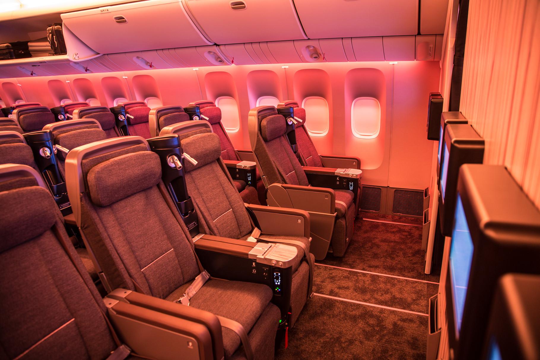 Premium Economy mit 2-3-2 und sehr komfortablen und breiten Sitzen.