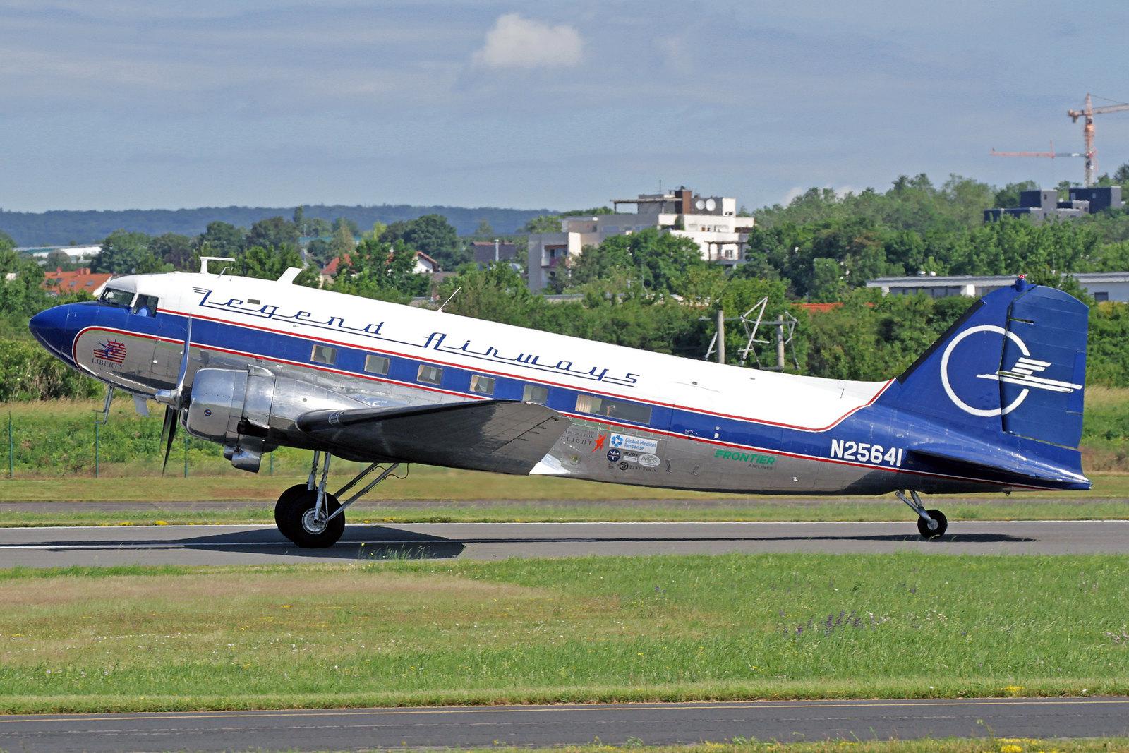 """N25641 - Legend Airways schickte ihre """"Liberty"""", eine Douglas DC-3C zu den Feierlichkeiten zum 70. Jahrestag der Luftbrücke. Das Flugzeug wurde von der Douglas Aircraft Corp. in Long Beach als eine C-47-DL gebaut, sie rollte am 11. Februar 1943 vom Band."""
