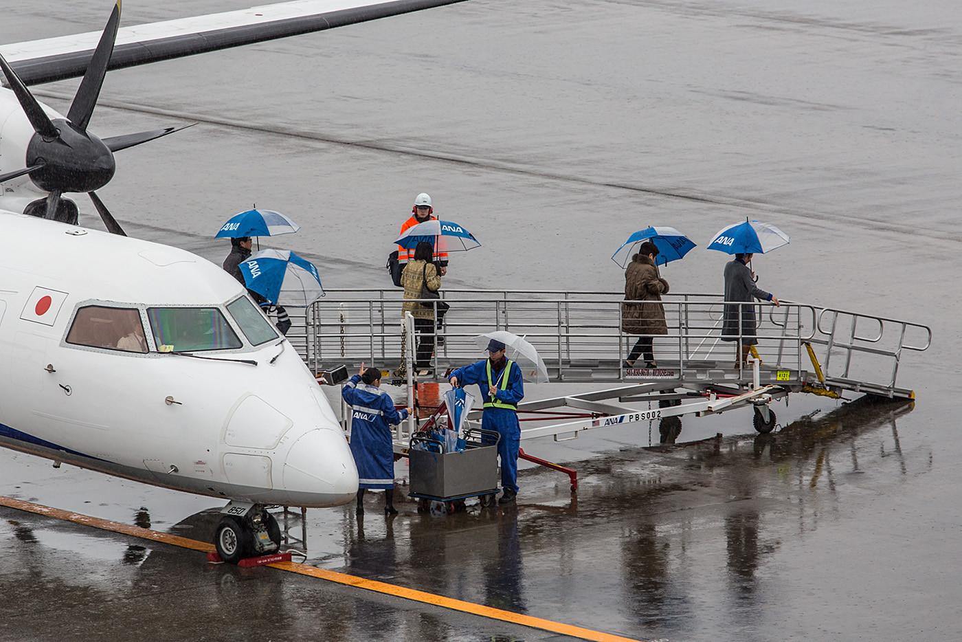 Hier nochmal eine andere Variante um den Passagieren den Regen zu ersparen, jeder erhält einen Schirm.