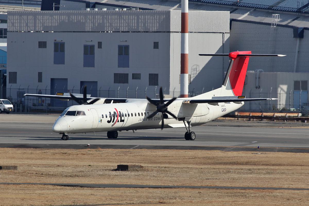 Dash 8-Q400 der Japan Airlines beim line-up auf der hinteren Bahn.