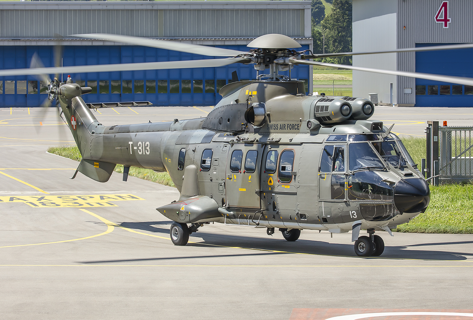 """AS332, eine """"Super Puma"""" die sowohl als Transporthubschrauber, als auch als SAR-Heli eingesetzt werden kann."""
