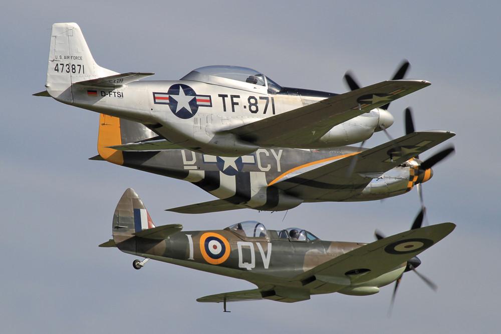 Zwei P-51 mit dem einzigen erhaltenen Doppelsitzer der Spitfire