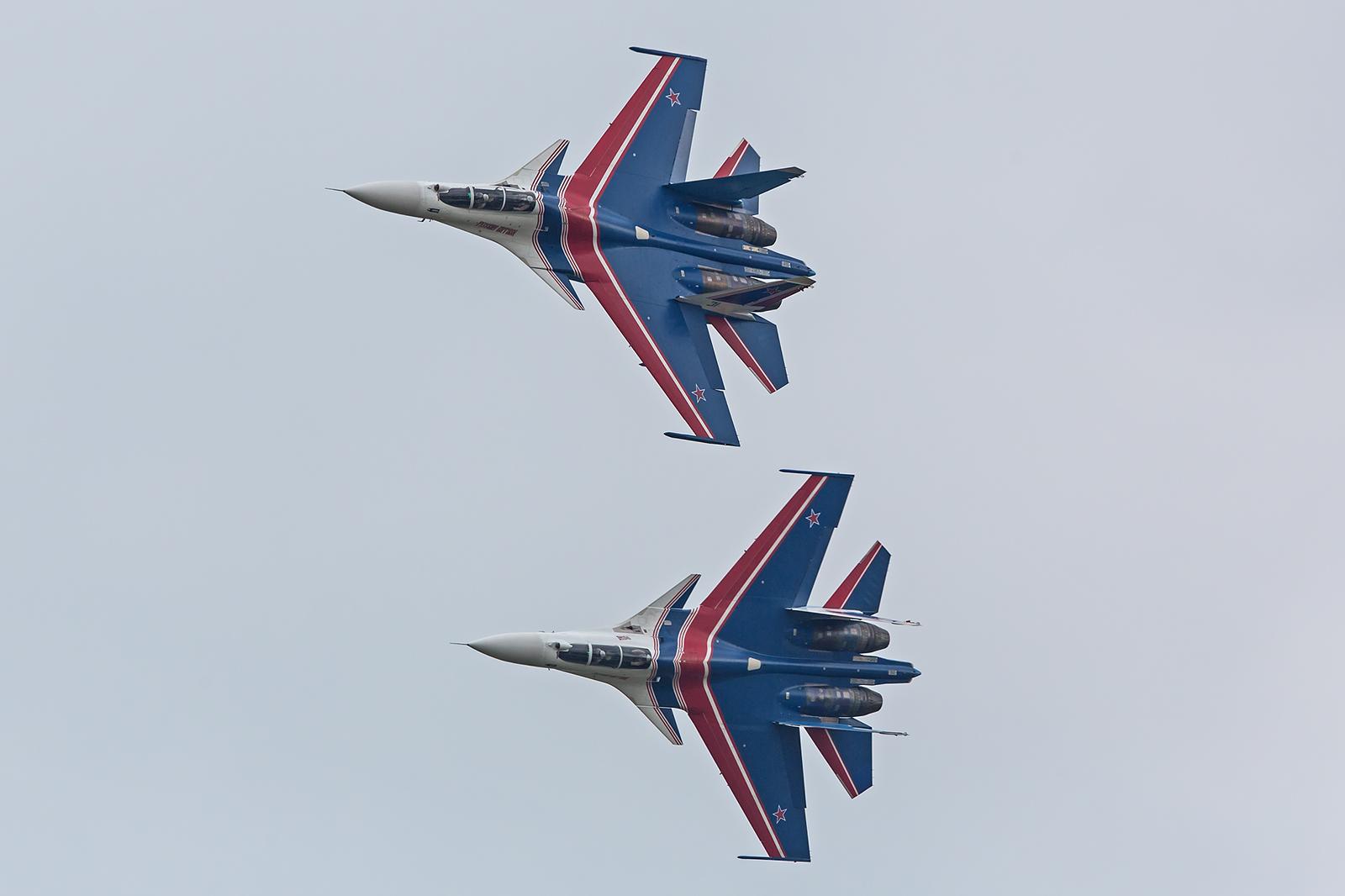 Zwei Su-30 in der Synchronrolle.