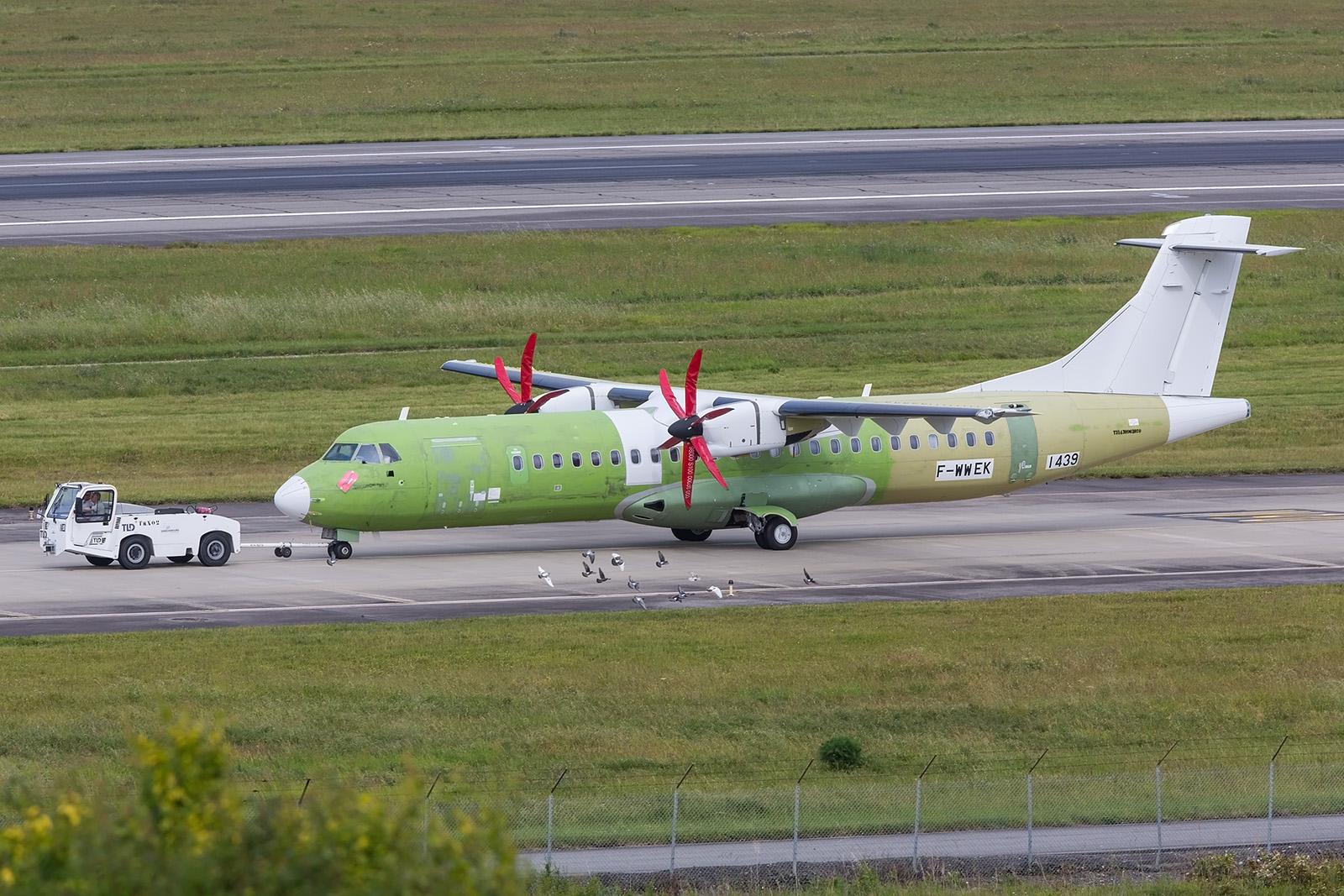 Auch wenn es noch nicht zu erkennen ist, diese ATR72 geht an Alliance Air nach Indien.