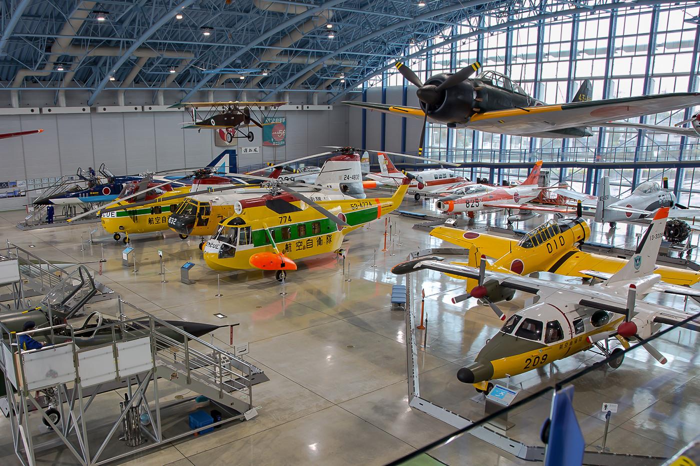 Die andere Seite der Halle hällt einige sehr schöne Hubschrauber bereit.