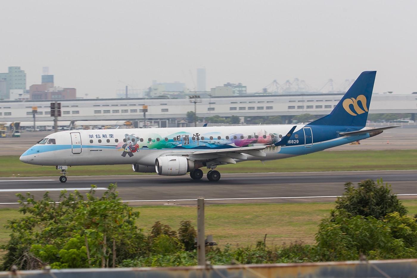 Die einzige Embraer 190 der Mandarin Air in einer Sonderbemalung.