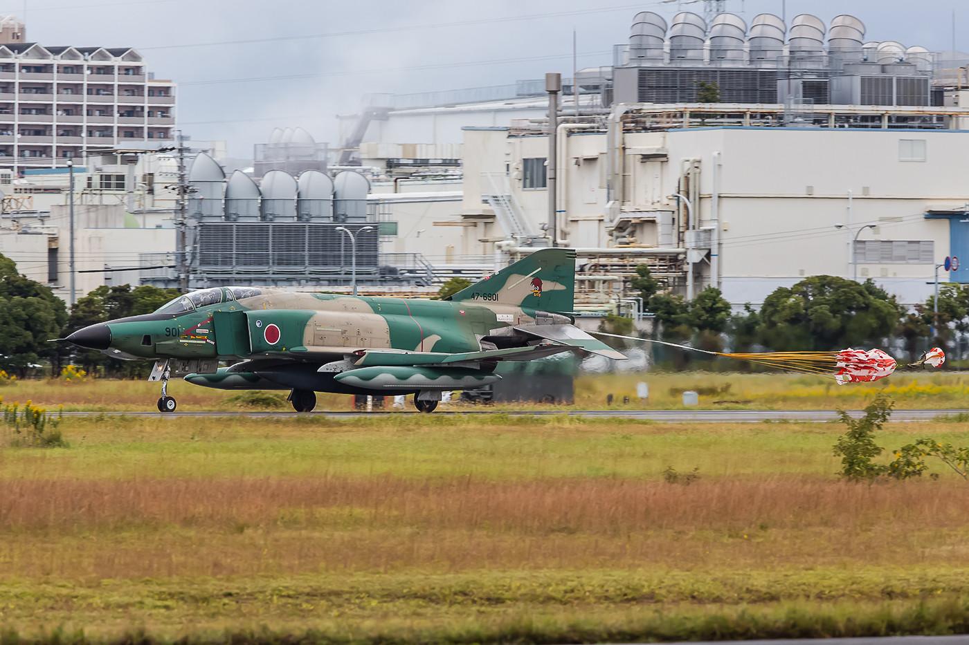 RF-4EJ Kai der 501st Hikotai aus Hyakuri landet mit Schirm. Die Maschinen waren zum Training für das Review am folgenden Wochenende nach Hamamtsu gekommen.