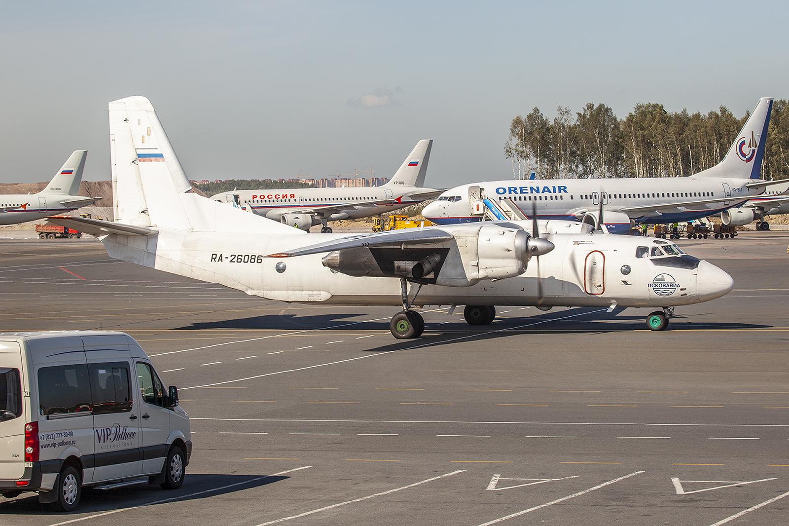 Antonov An-26 der Pskovavia.