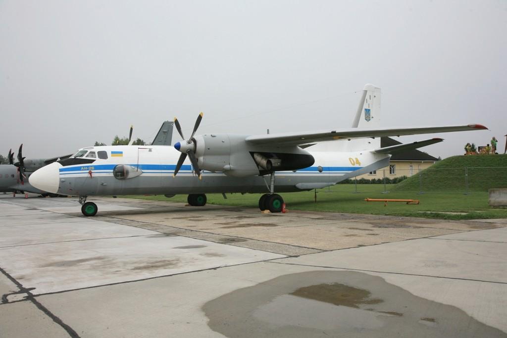 Die AN 26 der Ukraine brachte das Begleitkommando für die Suchoi.