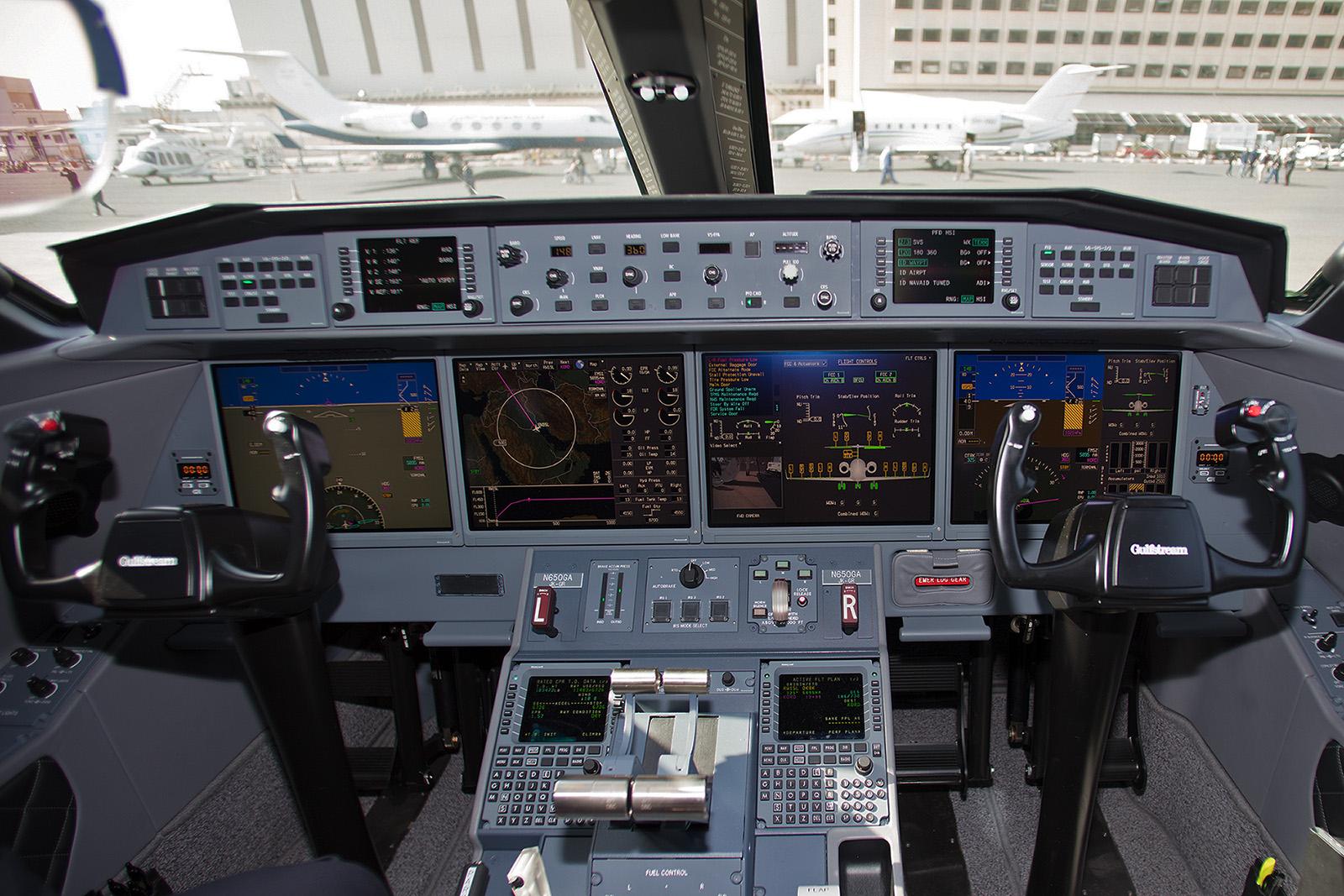 Das Cockpit erinnert eher an ein Computerspiel.