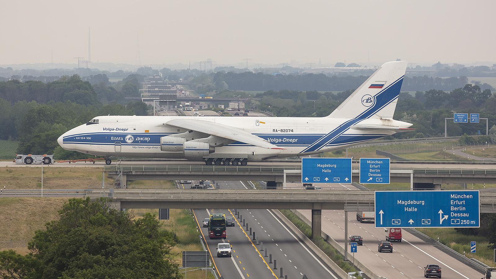 ...........und ganz groß mit der An-124 der Volga-Dnepr Airlines.