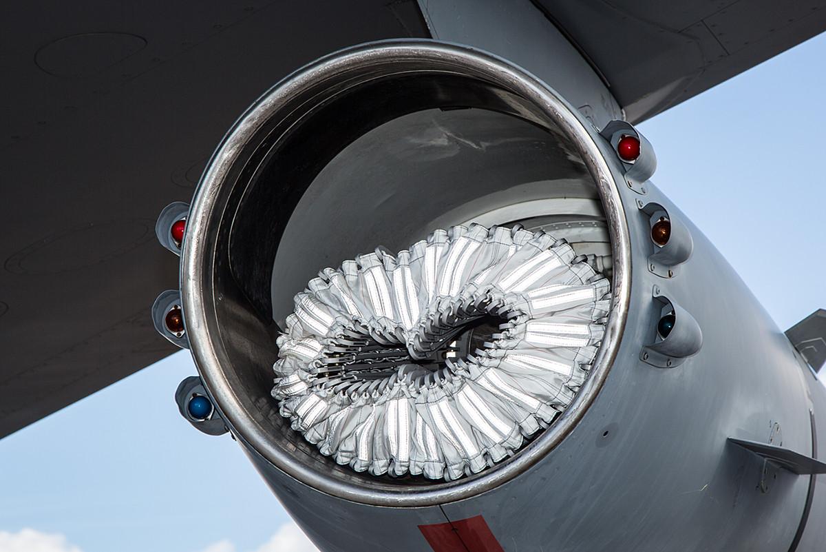 Mehrere KC-135 verfügen mittlerweile über Tankvorrichtungen unter den Tragflächen.