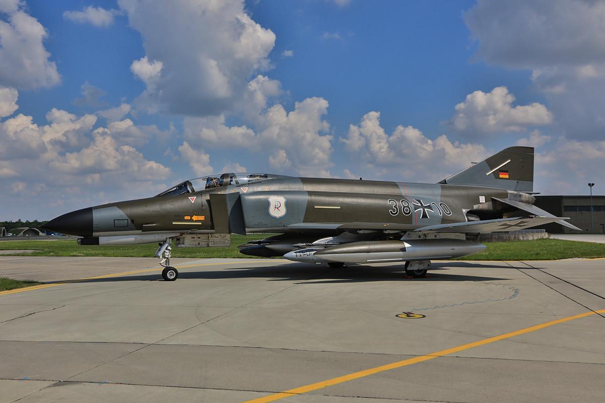 Ihr letzter Flug brachte sie von Wittmund hierher, die 38+10 wird in Neuburg künftig auf dem Sockel stehen.