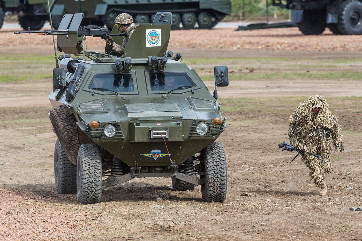 Ein leichtes gepanzertes Radfahrzeug beim Sturm auf das Terroristencamp.