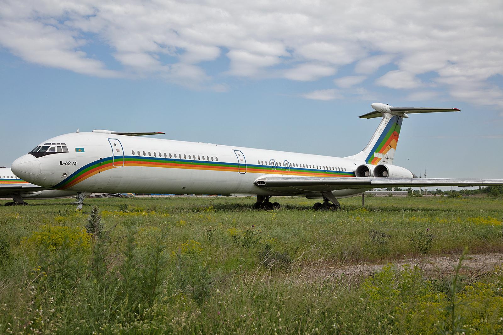 Eine von zwei Kokshetau Avia IL-62M, welche in Almaty abgestellt sind.