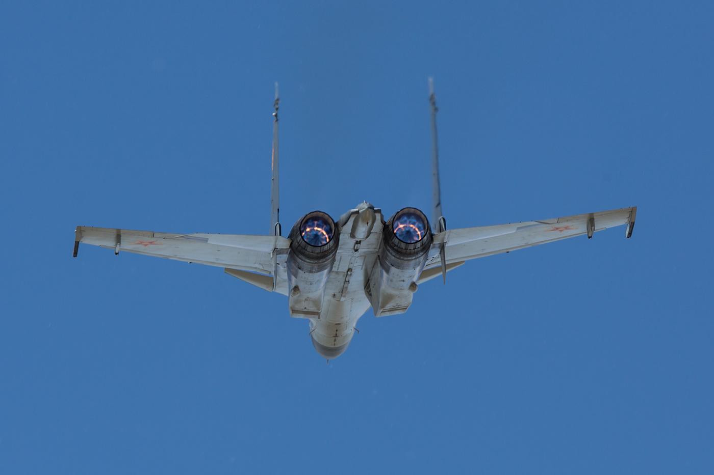 Die Nachbrenner sind wie bei der Su-34 blau.