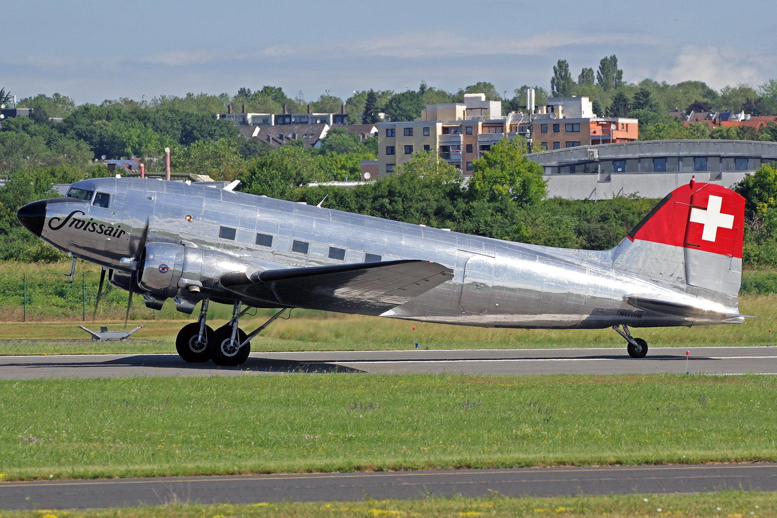 """N431HM - Diese Douglas DC-3C wurde 1942 als eine C-47A-45-DL (c/n 09995) von Douglas in Long Beach gebaut. Von 1987 bis 2004 wurde sie von der schweizerischen Classic Air unter Kennung HB-ISC betrieben und ging danach an den """"Verein Freunde der Swissair""""."""