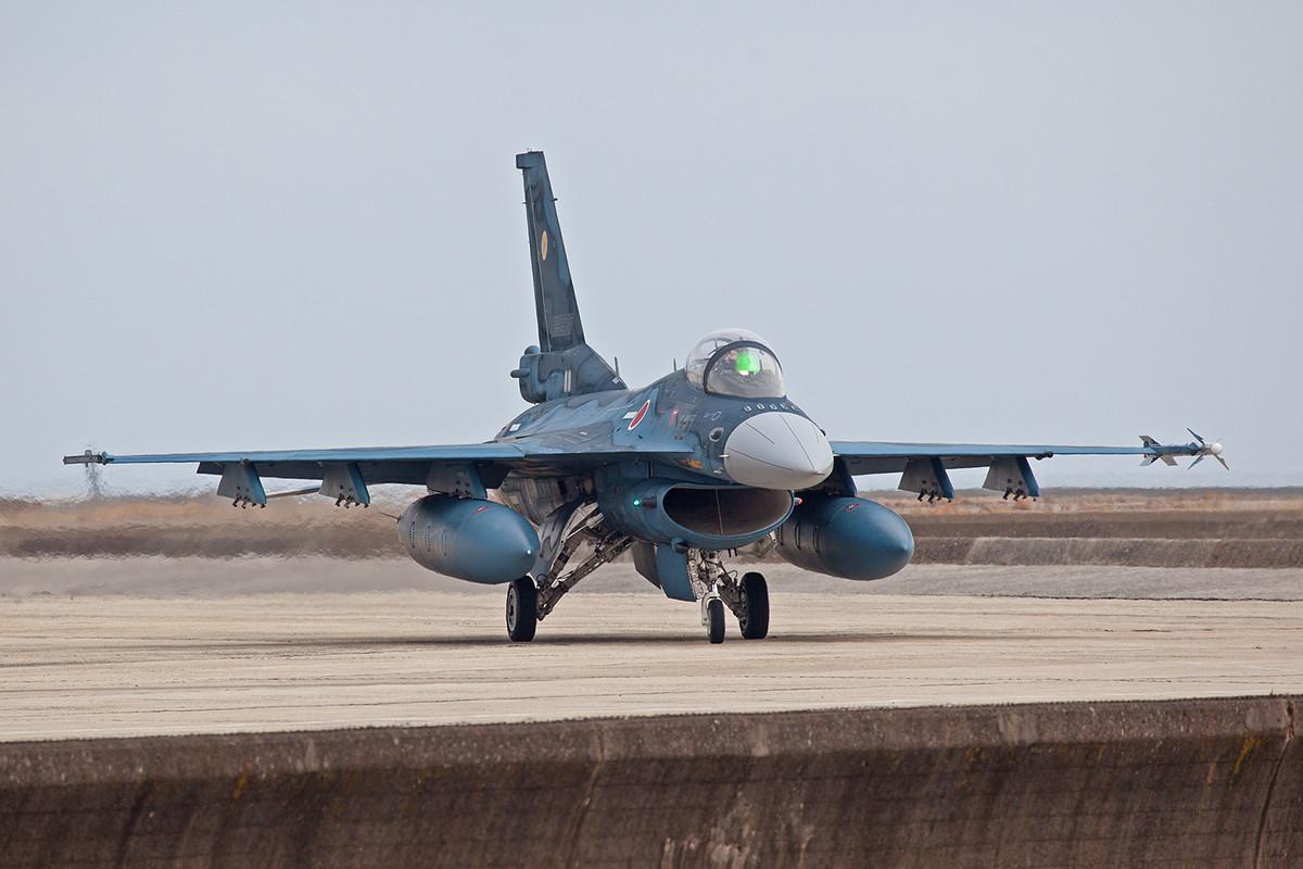 Deutlich sichtbar ist hier die Größe der F-2, sie hat drei Waffenstationen unter den Tragflächen anstatt zwei, wie bei der F-16.