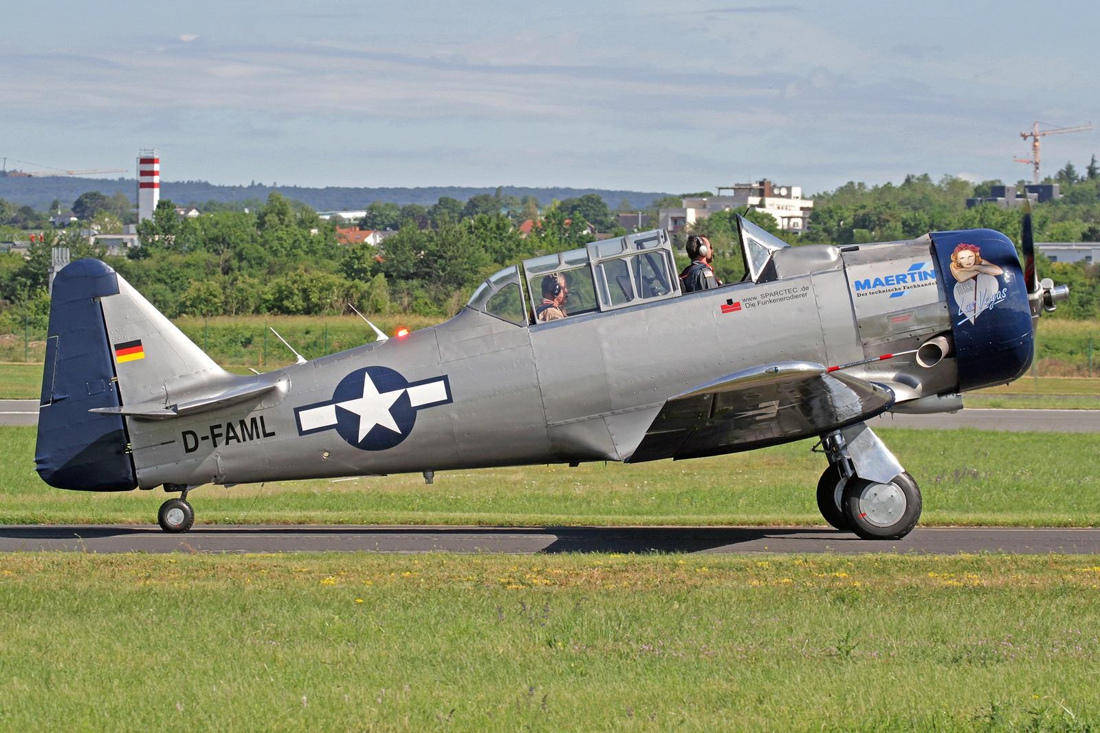 """D-FAML - Diese North American AT-6D Texan wurde 1942 mit der Kennung 42-85245 an die United States Army Air Force ausgeliefert. Im Jahre 2006 kam sie nach Deutschland und ist hier als D-FAML registriert, außerdem erhielt sie den Namen """"Miss Las Vegas""""."""
