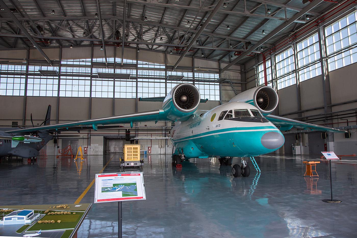 Antonov An-72 im Hangar.