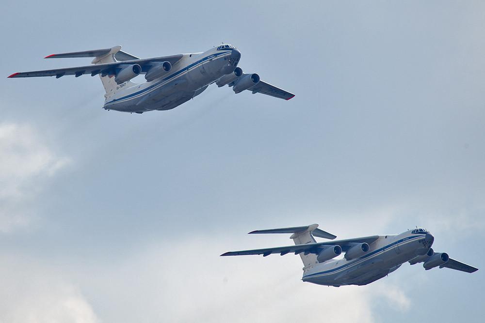 Zwei IL-76 aus der Formation