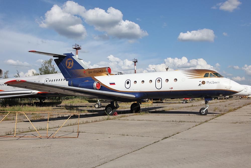 Noch eine Rusjet YAK-40 in der Storage-Area von Vnukovo.