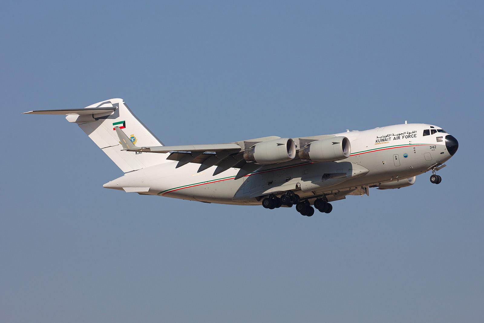 Eine der zwei Boeing C-17 der KAF landet nach einer Mission.