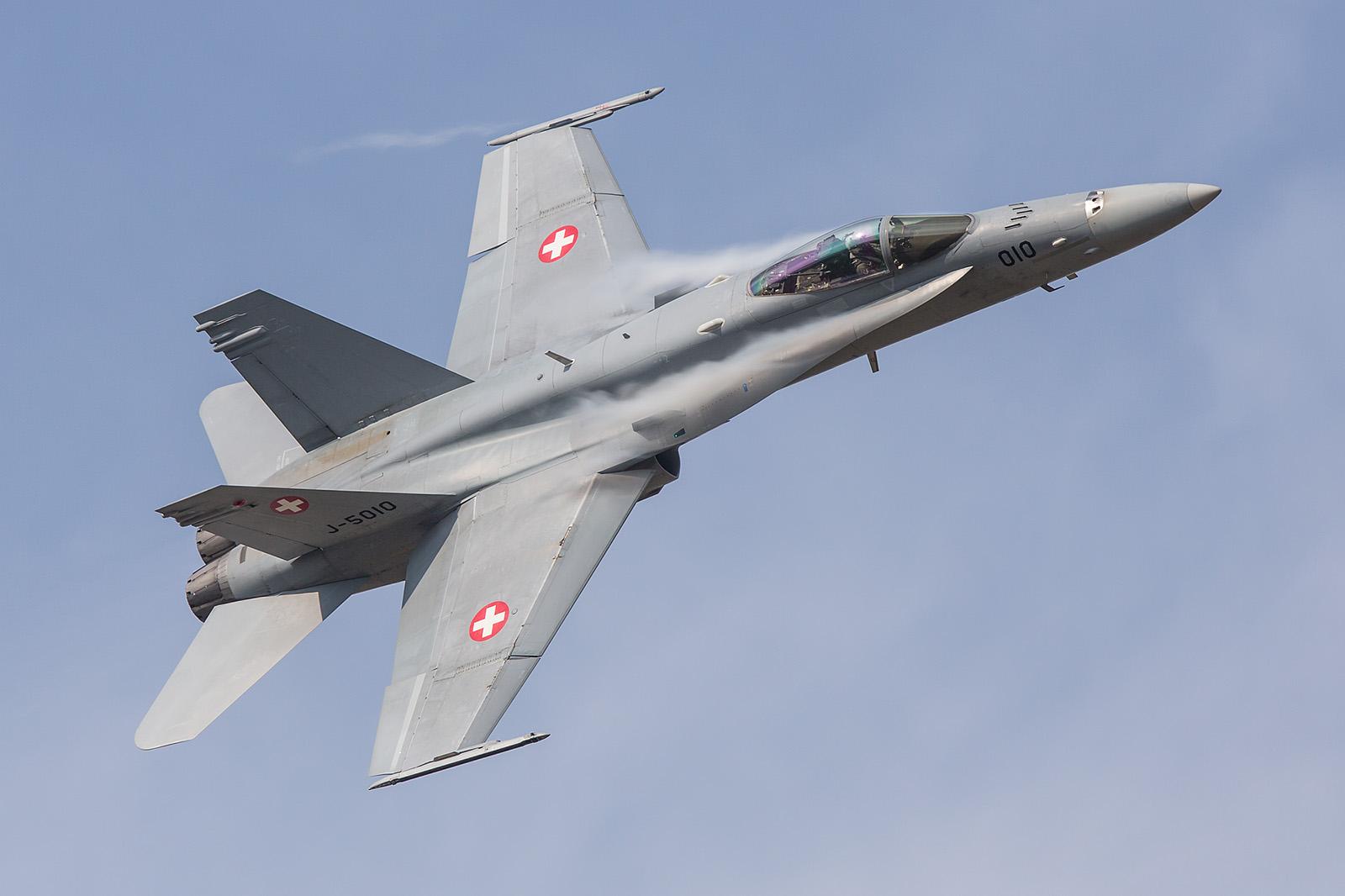 Präzise wie ein schweizer Uhrwerk, F-18 Solodisplay aus Payerne.