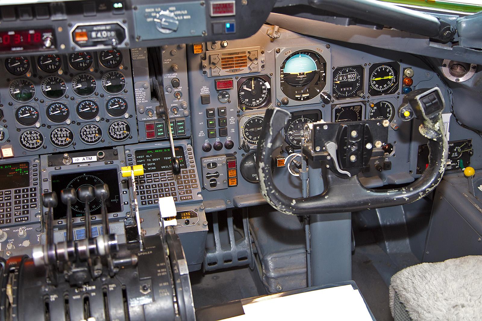 Etwas rustikaler, der Arbeitsplatz des Copiloten in der DC-8.