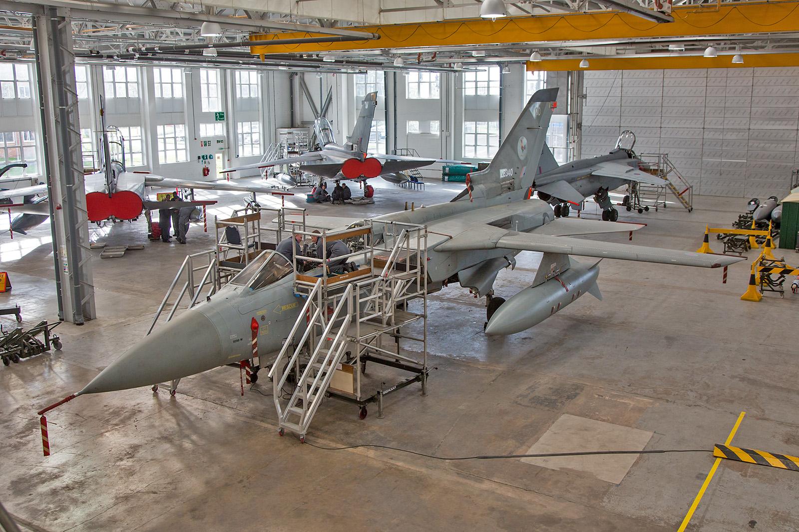Montage des Schleudersitzes an einem Tornado F.3.