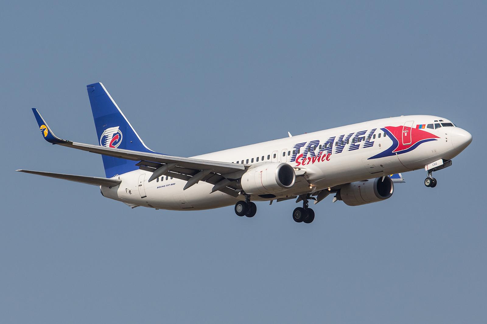 Die Spuren ihrer Vorbesitzer sind an dieser Boeing 737-8AS der Travel Srvice noch gut zu erkennen. Der Kenner stammt noch aus der Zeit bei Ryanair und die Winglets tragen noch das Zeichen der MIAT.