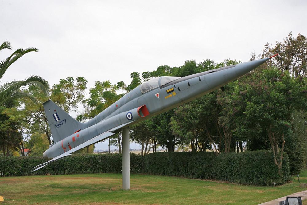 F-5 vor dem Offizierscasino.