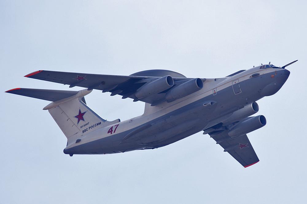 Auf Basis der IL-76 entwickelte das OKB Beriev die A-50, die in ihrer Funktion mit den AWACS-Maschinen vergleichbar ist.