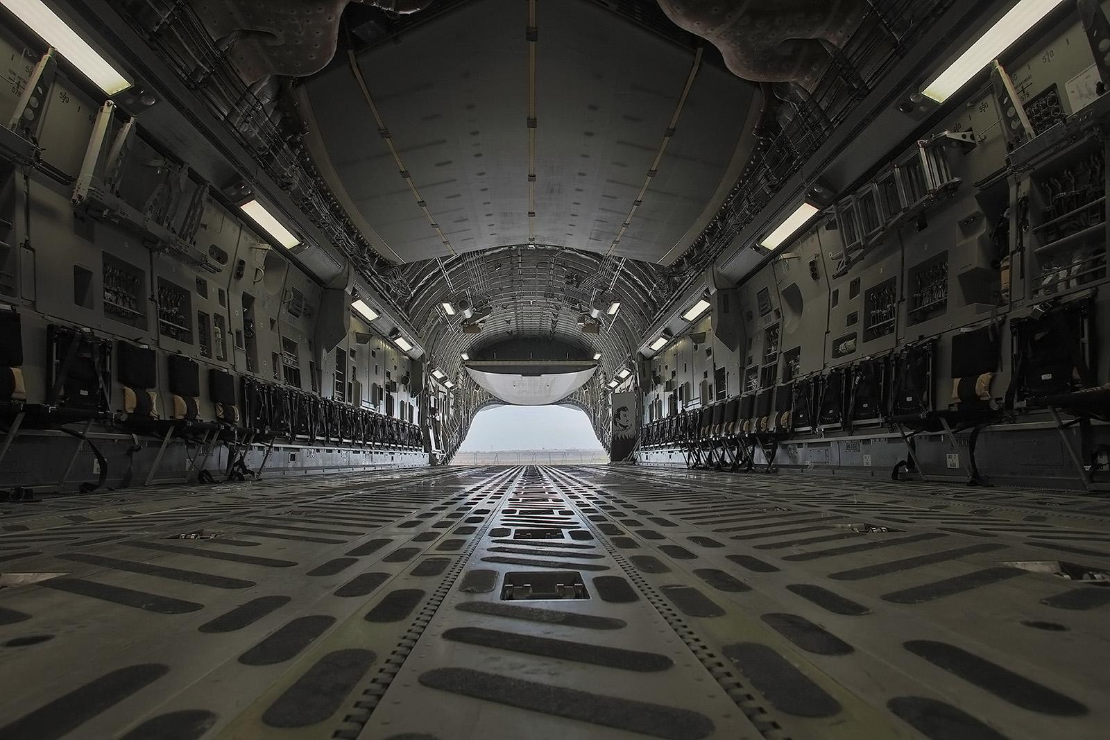 Der Innenraum bietet Platz für zwei Kampfpanzer.