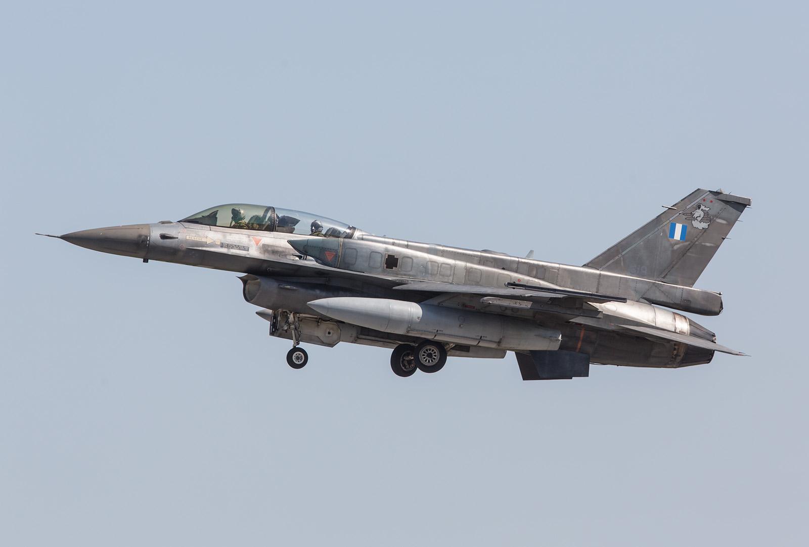Doppelsitzer F-16D mit den Overwingtanks.