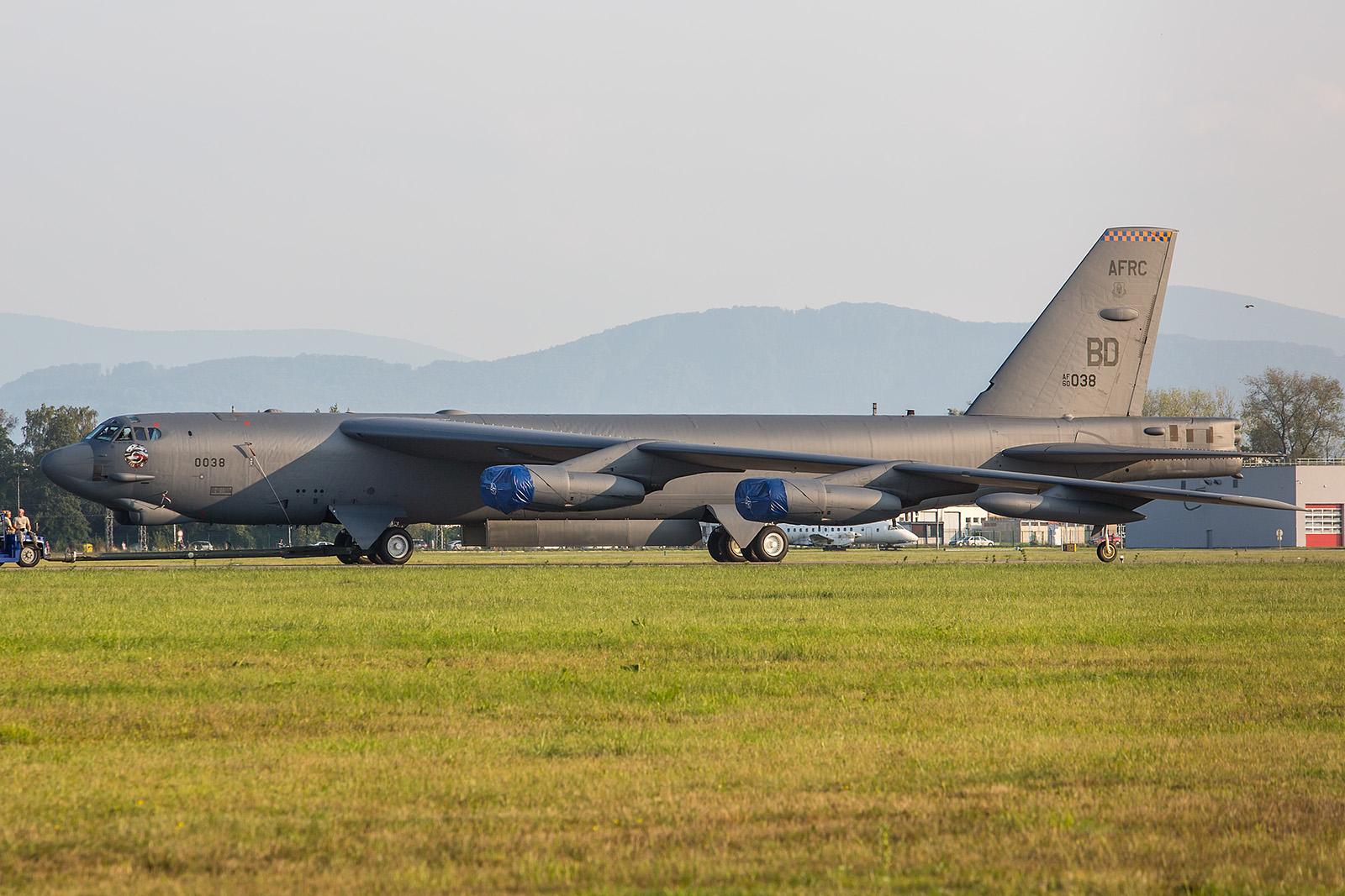 Towing the Buff, am Vorabend der Show wird die B-52 an ihre Abstellposition gebracht.