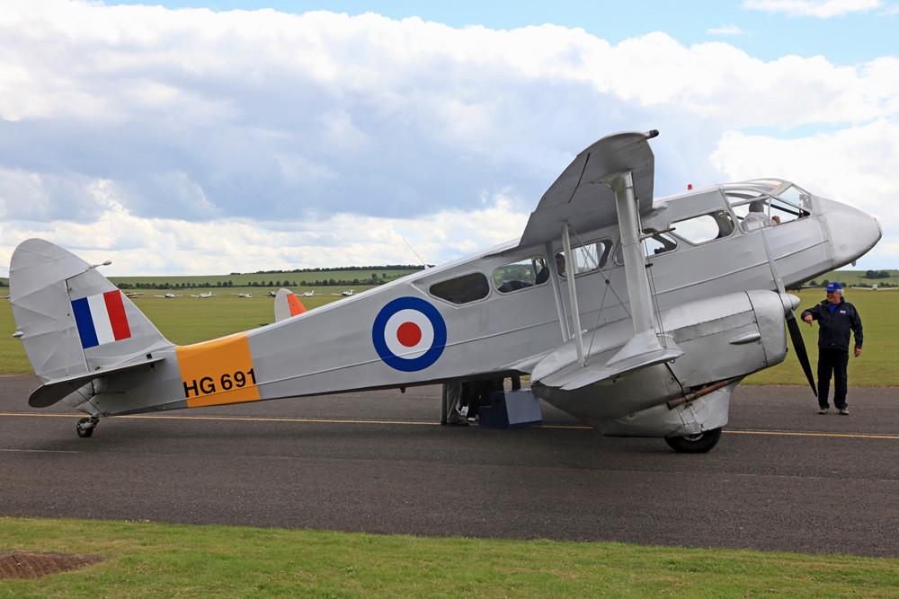 DeHavilland DH-98 Dragon Rapid, mit ihr drehte ich zwei Runden um den Platz.