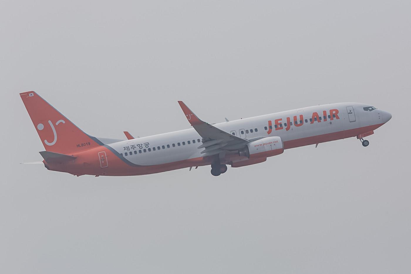 Im Gegenlicht von Narita startet hier eine Boeing 737-800 der Jeju Air aus Südkorea.