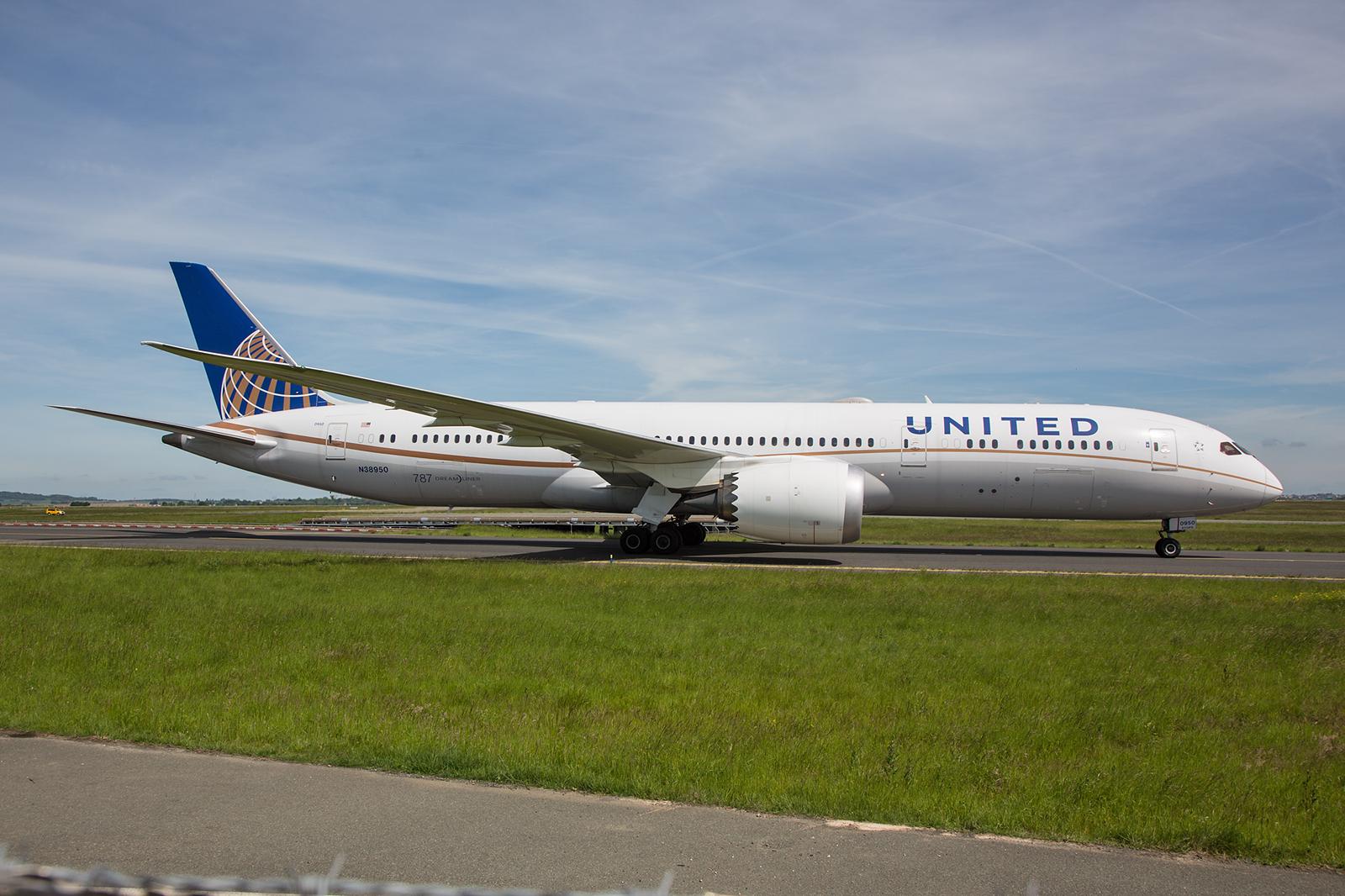 United Airlines mit einem ihrer Dreamliner im Fotopunkt bei Meteo France.