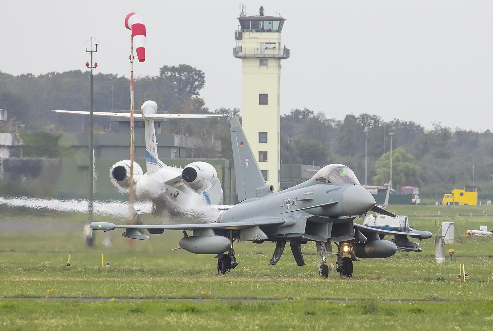 Der erste Eurofighter rollt zum Lineup.