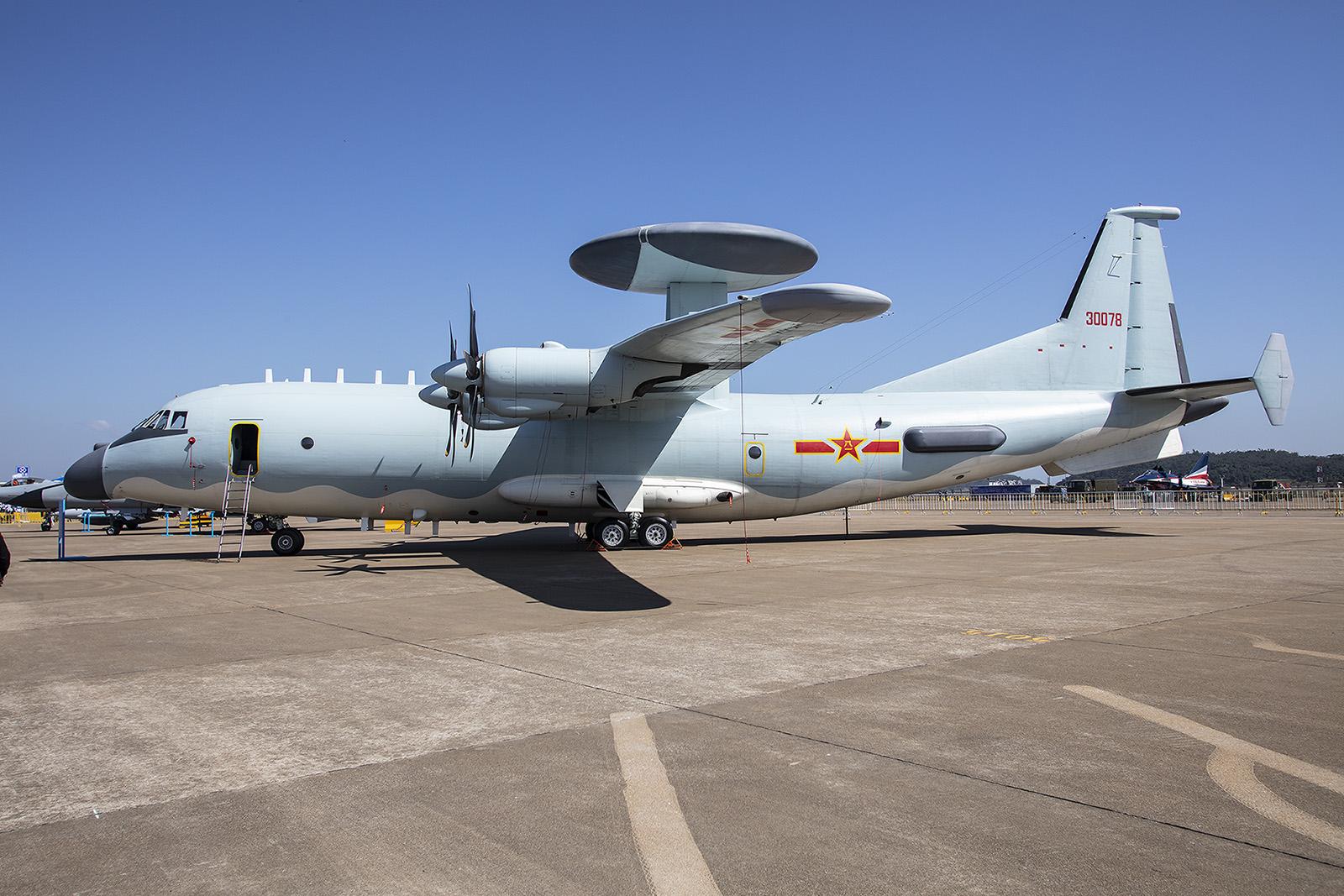 Mit einem Frühwarnsystem versehen wird aus der Y-9 eine KJ-900, vergleichbar mit den AWACS-Maschinen der NATO.