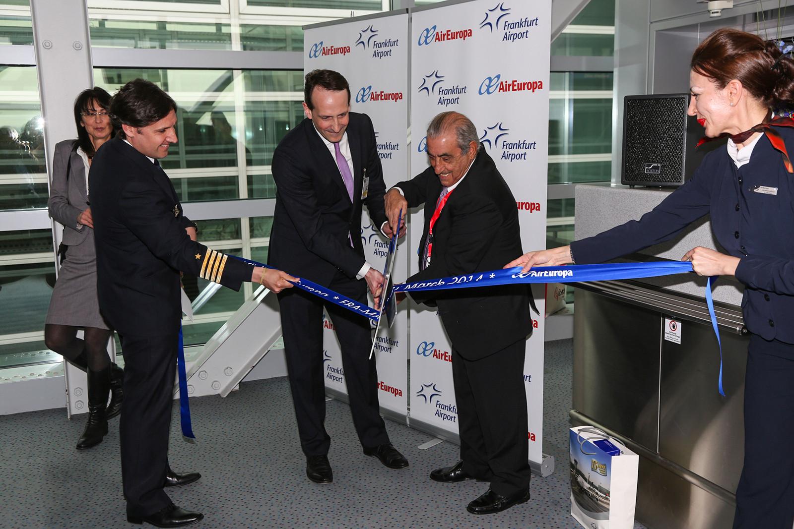 Dr. Prümm von der FRAPORT und Juan Jose Hidalgo, CEO der Air Europa beim Durchschneiden des Bandes.