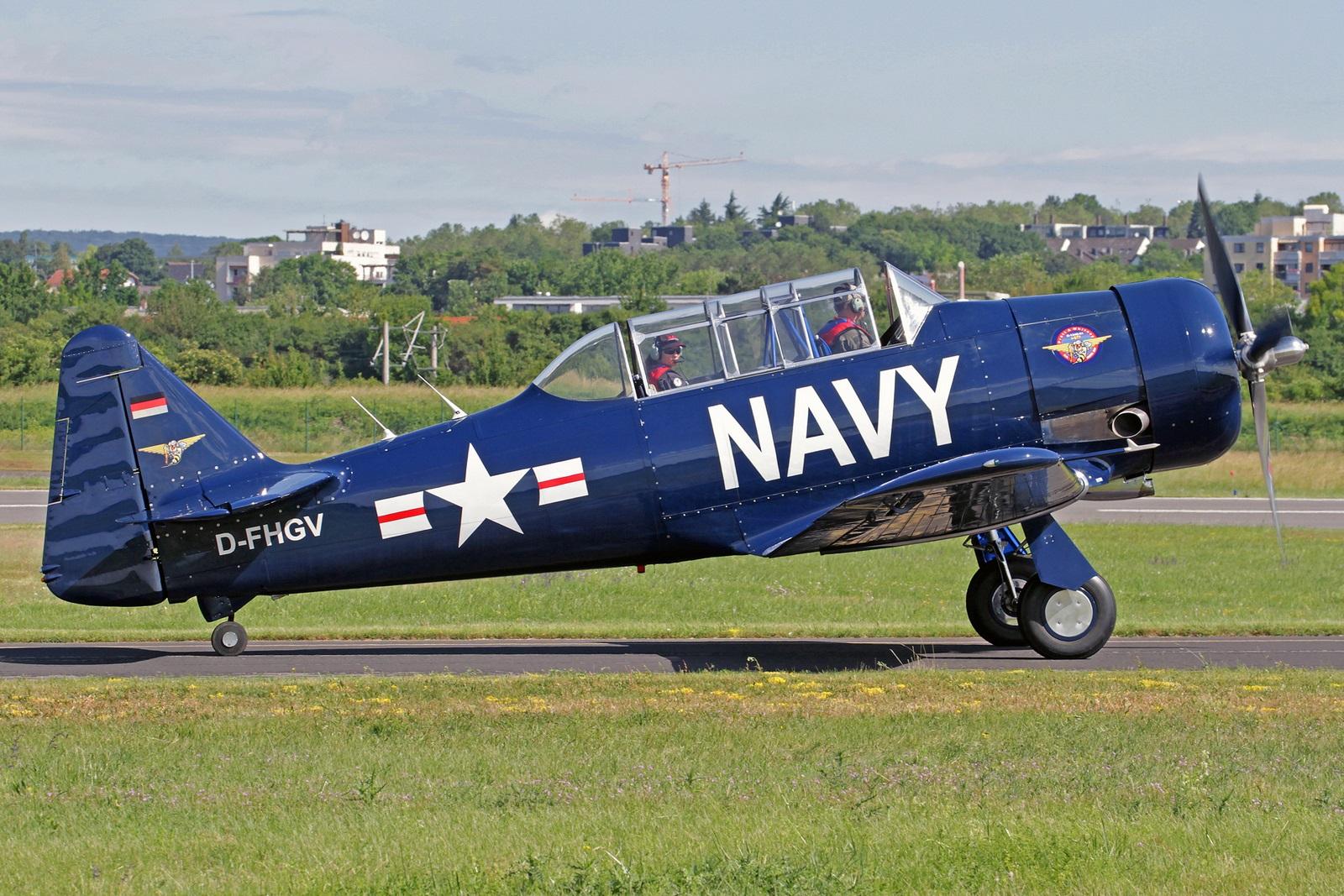 D-FHGV - Gebaut als North American AT-6 Harvard II wurde diese Maschine am 22. April 1941 als Kennung 3771 an die Royal Canadian Air Force ausgeliefert. Über viele Eigentümer in Nordamerika wurde sie 2010 mit der Kennung NX90541 nach Deutschland verkauft.
